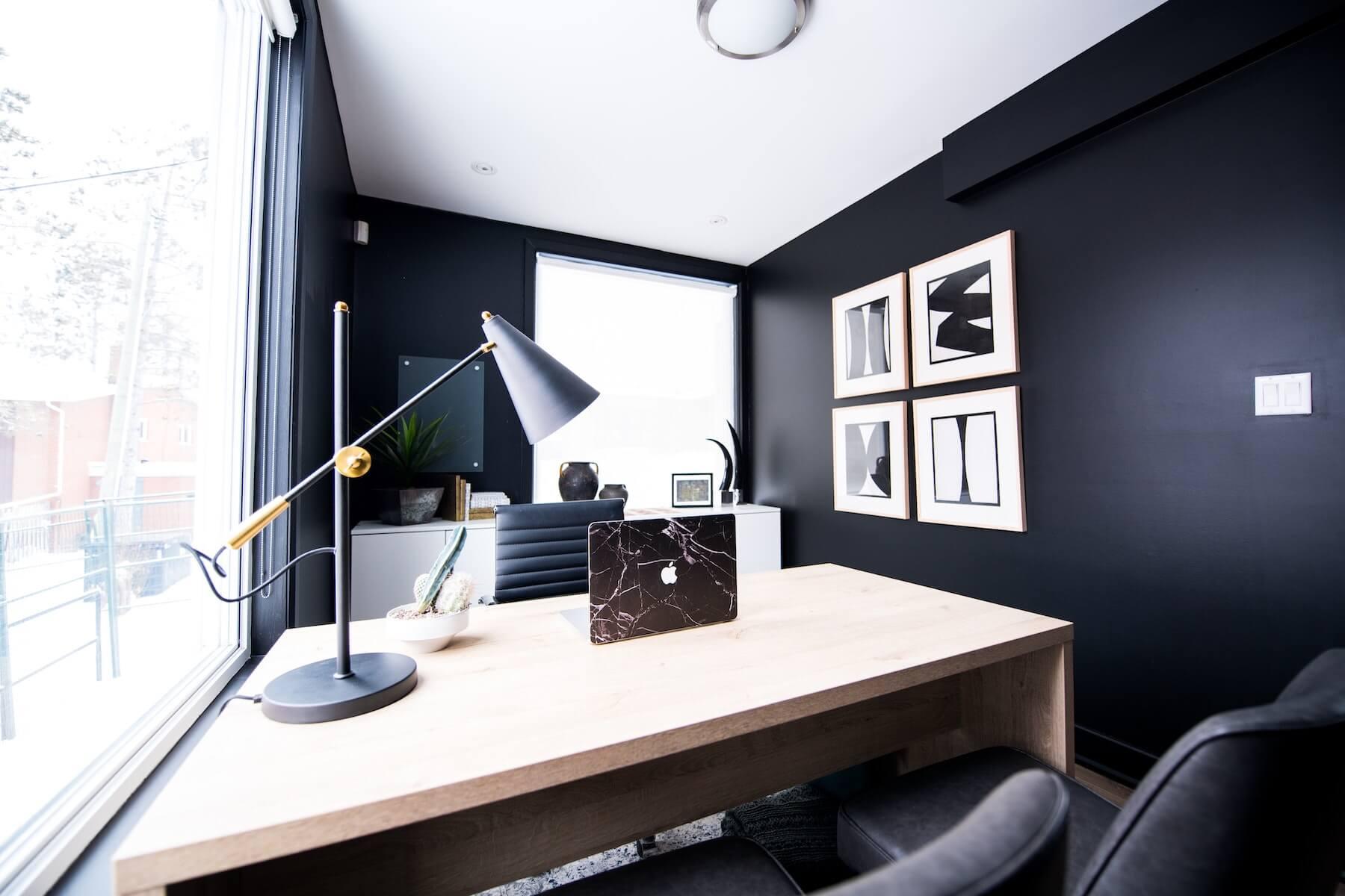 Leeg kantoor met macbook