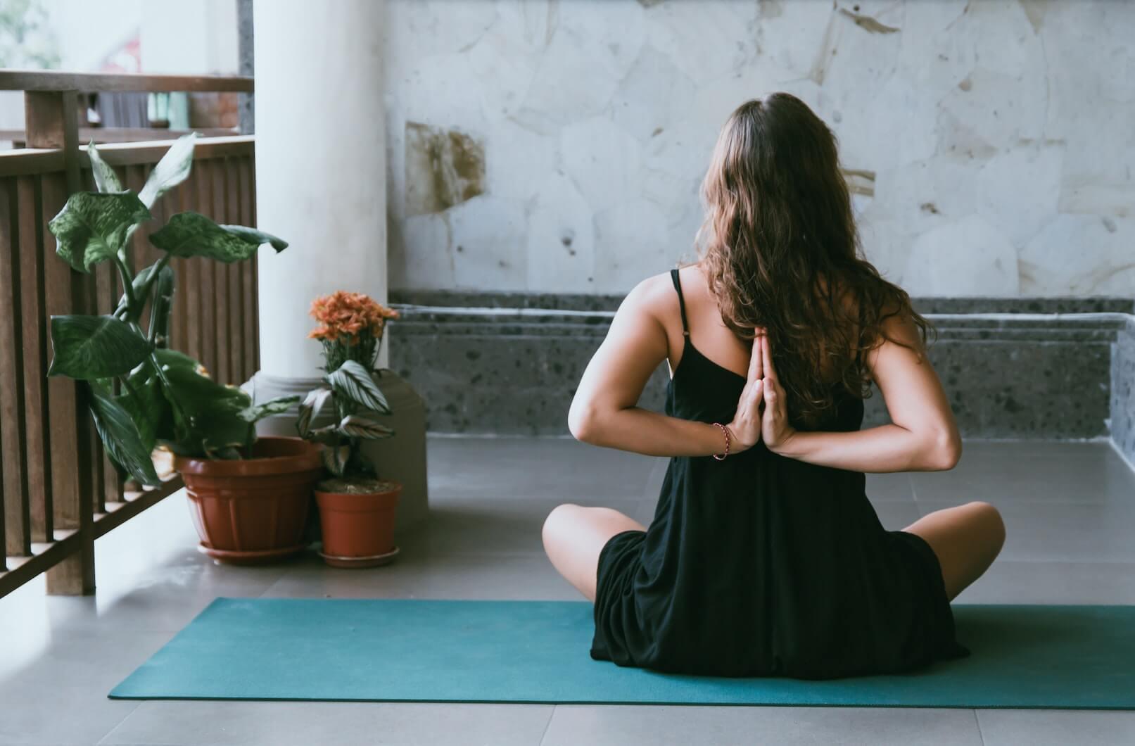 Thuis yoga op het balkon